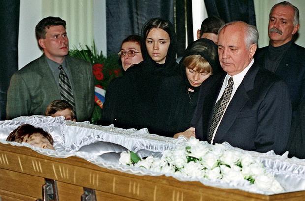https://namednibook.ru/img/phenomena/1999/umerla-raisa-gorbacheva.jpg